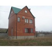 >В живописном месте п. Печенеги – в 100 м от реки Сев. Донец – продам капитальный 2 эт. дом